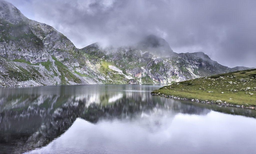 jezioro na tle gór