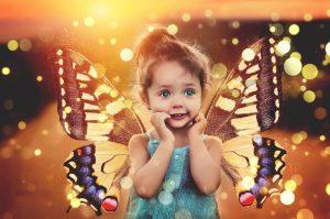 dziecko z skrzydełkami motyla