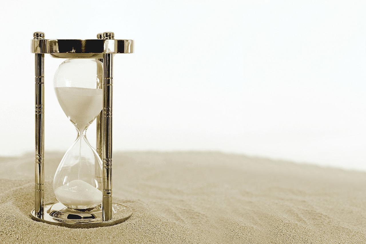 klepsydra stojąca w piasku