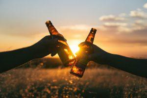 piwo przy zachodzie słońca